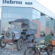 Devant les établissements DUBREU à Houplines