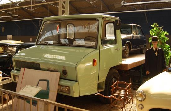 Berliet Stradair surmonté d'une R16 tous deux dessinés par Philippe CHARBONNEAU