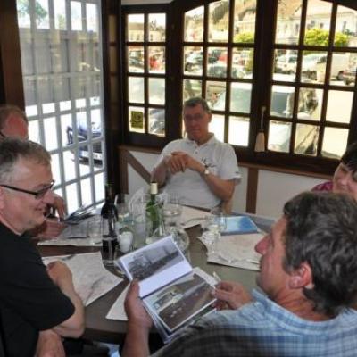 Dimanche midi, les discussions vont bon train à Montreuil sur Mer
